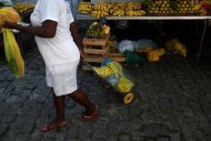 Una mujer compra en un mercado en Río de Janeiro, Brasil. 6 de mayo de 2016. La economía de Brasil se contrajo por sexto trimestre seguido entre abril y junio, según datos oficiales publicados el miércoles, pero la inversión creció por primera vez desde 2013, lo que avivó las expectativas de una recuperación. REUTERS/Pilar Olivares