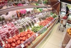 Покупатель в магазине в центре Москвы 3 июня 2011 года. Потребительские цены в России с 23 по 29 августа 2016 года не изменились, показав нулевой прирост, после увеличения на 0,1 процента на предыдущей неделе, сообщил Росстат в среду. REUTERS/Alexander Natruskin