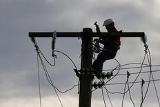 FPS Towers annonce mercredi la signature d'un accord avec RTE en vue de louer les pylônes électriques de la filiale d'EDF aux opérateurs télécoms, en quête de nouveaux sites pour héberger leurs antennes sur fond de forte hausse du trafic sur leurs réseaux. /Photo d'archives/REUTERS/Pascal Rossignol