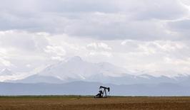 Нефтяной станок-качалка под Денвером. 16 мая 2008 года. Нефть подешевела примерно на 3 процента в среду, сократив набранное в августе значительное преимущество, после того как официальные данные показали неожиданный недельный рост запасов нефти и дистиллятов в США и более слабое, чем прогнозировалось, сокращение запасов бензина. REUTERS/Lucas Jackson