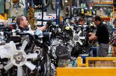 Imagen de trabajadores en una fábrica de motores de Nissan en la fábrica Zona Franca Nissan cerca de Barcelona el 5 de mayo de 2014. El crecimiento del sector manufacturero en la zona euro se desaceleró durante el mes de agosto y gran parte de la expansión se centró en el norte, de acuerdo con una encuesta que sugiere una mayor desaceleración este mes. REUTERS/Albert Gea/Foto de Archivo
