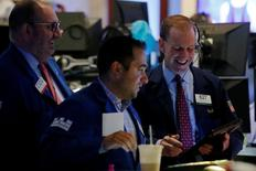 Operadores trabajando en la Bolsa de Nueva York. 31 de agosto de 2016. Los rendimientos de los bonos del Tesoro en Estados Unidos subían el jueves tras sólidos datos globales de manufacturas y pedidos de subsidios por desempleo en Estados Unidos que superaron las expectativas y ofrecieron argumentos más sólidos para que la Reserva Federal eleve las tasas de interés. REUTERS/Brendan McDermid