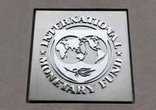 El logo del Fondo Monetario Internacional visto en la sede del organismo en Washington. 18 de abril de 2013. El Fondo Monetario Internacional (FMI) probablemente recortará de nuevo sus estimaciones sobre el crecimiento de la economía mundial en 2016 porque el panorama se ha visto impactado por la débil demanda, el bajo comercio e inversión y la creciente desigualdad, dijo la jefa del organismo, Christine Lagarde. REUTERS/Yuri Gripas