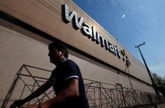 Wal-Mart Stores, premier employeur privé aux Etats-Unis, va supprimer 7.000 postes administratifs dans ses magasins américains, essentiellement dans les services de comptabilité et de facturation. /Photo d'archives/REUTERS/Edgard Garrido