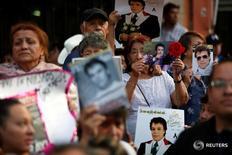 Fanáticos sostienen fotos del fallecido cantante Juan Gabriel durante una misa en su honor en la Plaza Garibaldi en Ciudad de México, México, 31 de agosto de 2016. REUTERS/Carlos Jasso
