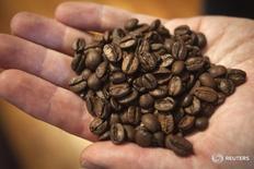 Dan Streetman, vicepresidente de compras al mayor y de café para Irving Farm Coffee Roasters, muestra un puñado de granos de café de La Bendición de Nicaragua en la granja de Irving en el condado de Manhattan de Nueva York, 23 de septiembre de 2014. REUTERS/Carlo Allegri