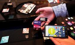 Google a gelé son projet, baptisé Project Ara, visant à développer un smartphone modulaire doté de composants interchangeables. /Photo d'archives/REUTERS/Gustau Nacarino