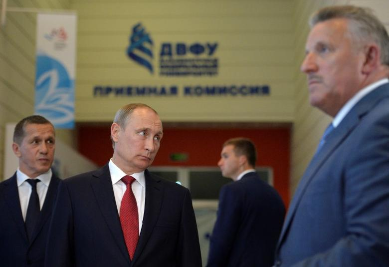 Russian President Vladimir Putin (L, front) attends an exhibition at the Eastern Economic Forum in Vladivostok, Russia, September 2, 2016. Sputnik/Kremlin/Alexei Druzhinin/via REUTERS