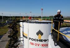 Moscou pourrait engranger plus de 11 milliards de dollars (9,83 milliards d'euros) dans le cadre de la privatisation de la compagnie pétrolière Rosneft mais doit garantir un régime fiscal stable avant et pendant la cession de la part de 19,5% du capital. /Photo prise le 4 août 2016/REUTERS/Sergei Karpukhin