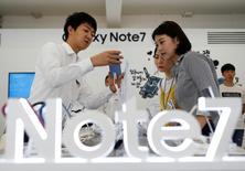 Un empleado le muestra un celular Samsung Galaxy Note 7 a unas clientas en una tienda en Seúl, Corea del Sur. 2 de septiembre de 2016. El gigante tecnológico Samsung Electronics Co Ltd dijo el viernes que detendrá las ventas de sus teléfonos inteligentes Galaxy Note 7 y preparará reemplazos para los aparatos ya vendidos tras encontrar problemas con las baterías que emplean. REUTERS/Kim Hong-Ji