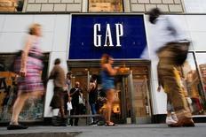 Gap, à suivre vendredi sur les marchés américains. Le groupe de prêt-à-porter a fait état jeudi d'une baisse de 2% de son chiffre d'affaires en août, à 1,17 milliard de dollars, avec un recul de 3% à périmètre comparable alors que les analystes attendaient -1,9% selon Thomson Reuters. /Photo prise le 15 août 2016/REUTERS/Eduardo Munoz