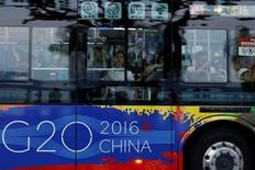 Pasajeros vistos en un bus cerca de West Lake, antes de la cumbre G20, en Hangzhou, China. 31 de agosto de 2016. Los líderes de las mayores economías del mundo que se reúnen en China el fin de semana necesitan preparar una defensa realista del libre comercio y la globalización que por tanto tiempo han proclamado. REUTERS/Aly Song