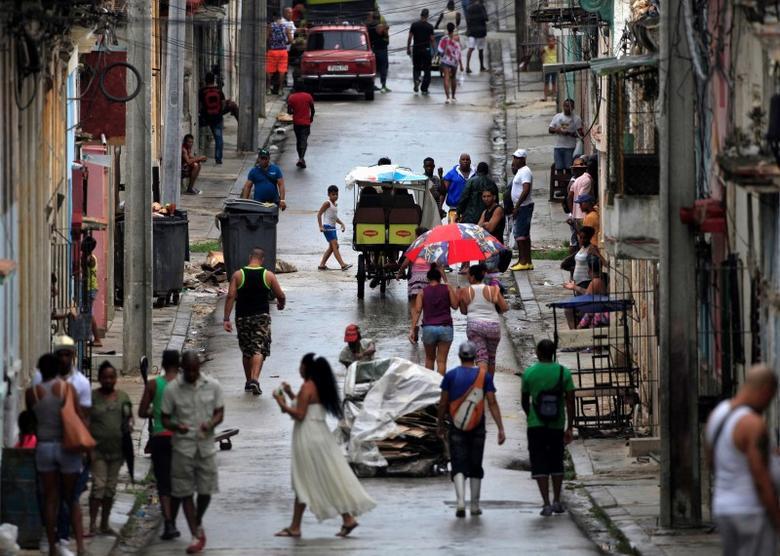 Cubans walk on a street in Havana, Cuba, June 7, 2016. REUTERS/Enrique de la Osa