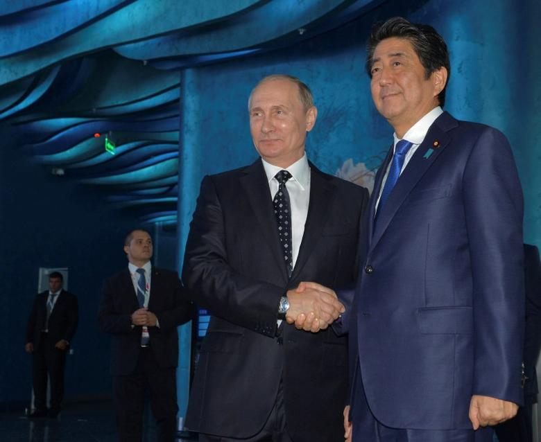 Russian President Vladimir Putin (L) and Japanese Prime Minister Shinzo Abe visit an oceanarium on Russky Island before attending the Eastern Economic Forum in Vladivostok, Russia, September 3, 2016. Sputnik/Kremlin/Alexei Druzhinin/via REUTERS