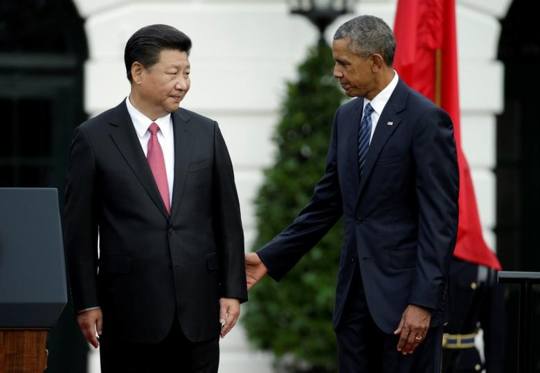 U.S. President Barack Obama (R) stands with Chinese President Xi Jinping during an arrival ceremony at the White House in Washington, September 25 2015.    REUTERS/Gary Cameron - RTX1SH20