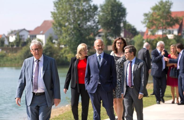 European Commission President Jean-Claude Juncker (L) walks with EU commissioners after a meeting of the EU commission college at a resort in Knokke, Belgium August 31, 2016. REUTERS/Virginia Mayo/Pool - RTX2NPYI