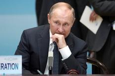 El presidente ruso Vladimir Putin, en un discurso en la cumbre del G20 en China, se mostró positivo con la economía rusa, diciendo que se había estabilizado y prometió recortar el déficit presupuestario del país y su dependencia a las exportaciones de petróleo y gas. En la imagen, el presidente ruso Vladimir Putin antes de la ceremonia de apertura de la cumbre del G20 en Hangzhou, China, el 4 de septiembre de 2016.  REUTERS/Mark Schiefelbein/Pool