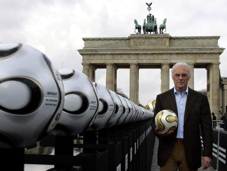 Franz Beckenbauer holds a golden soccer ball during a presentation next to the Brandenburg gate in Berlin in this April 18, 2006 file photo.   REUTERS/Tobias Schwarz/File Photo