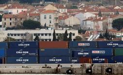 Los negocios de la zona euro crecieron a su ritmo más débil en agosto desde comienzos de 2015, lo que sugiere que la economía del bloque está perdiendo fuelle, mostró un sondeo el lunes. En la imagen, unos contenedores en el puerto de Marsella, Francia, el 14 de marzo de 2016- REUTERS/Jean-Paul Pelissier/File Photo