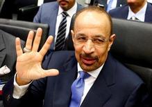 Los países productores de la OPEP Kuwait y Emiratos Árabes Unidos (EAU) apoyan un diálogo de cooperación entre los principales productores Arabia Saudita y Rusia anunciado el lunes en China, dijeron sus ministros de Energía. En la foto de archivo, el ministro saudí de Energía habla con periodistas antes de una reunión de la OPEP en Viena el 2 de junio de 2016.   REUTERS/Leonhard Foeger/