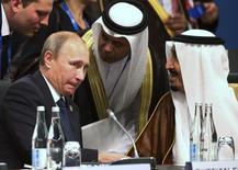 Президент России Владимир Путин (слева) и кронпринц Саудовской Аравии Сальман бин Абдулазиз аль Сауд общаются на саммите G20 в австралийском Брисбене 15 ноября  2014 года. Цены на нефть сбавили темп роста, который набрали в понедельник после заявлений ведущих добытчиков, России и Саудовской Аравии, о желании сотрудничать ради стабилизации рынка и об обсуждении ограничения добычи.  REUTERS/Rob Griffith/Pool