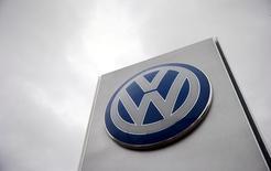 El logo de Volkswagen en una concesionaria de la compañía en Londres, nov 5, 2015. La división de camiones de Volkswagen está a punto de anunciar una asociación con su rival estadounidense Navistar International Corp, dijeron a Reuters tres fuentes con conocimiento del asunto, sobre el más reciente acuerdo movido por las nuevas reglas para emisiones.   REUTERS/Suzanne Plunkett/File photo