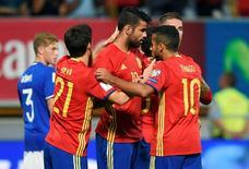 Diego Costa marca pela Espanha.  5/9/16.  REUTERS/Eloy Alonso