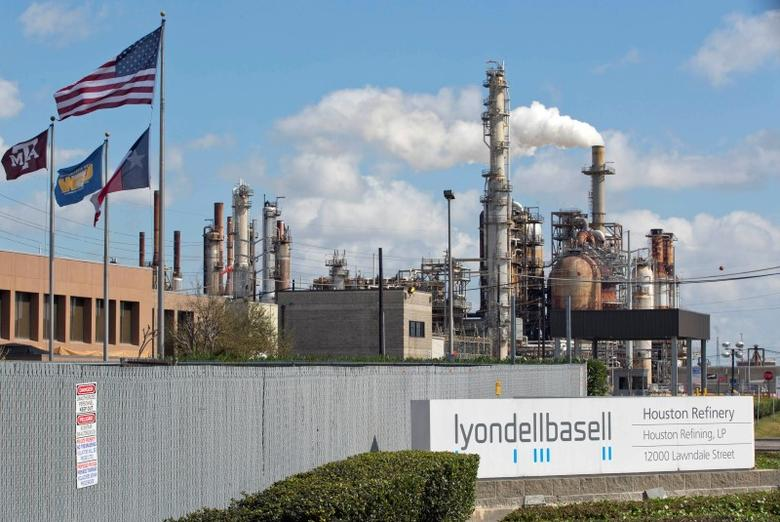 A general view of the Lyondell-Basell refinery in Houston, Texas February 1, 2015.   REUTERS/Richard Carson  (UNITED STATES - Tags: ENERGY BUSINESS) - RTR4NT0V