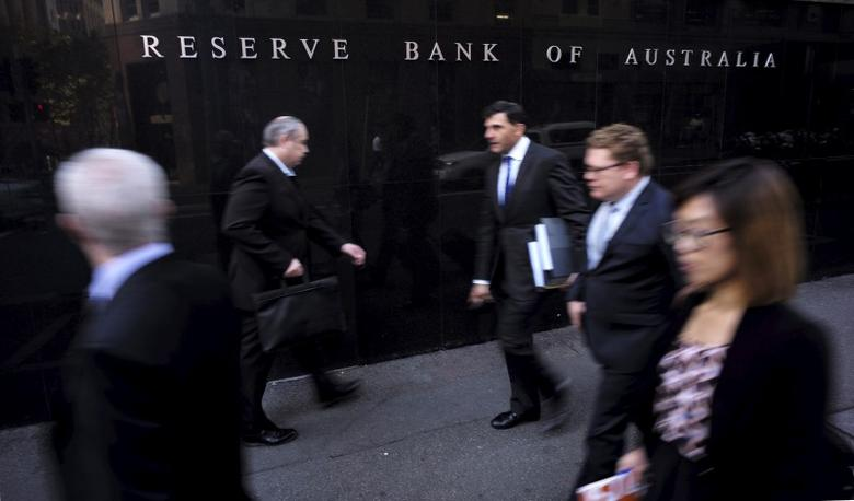 Business people walk outside the Reserve Bank of Australia (RBA) in Sydney May 5, 2015. REUTERS/Jason Reed