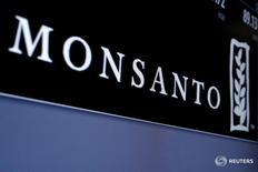 La farmacéutica alemana Bayer AG dijo el lunes que sus negociaciones con Monsanto Co habían avanzado y que ahora estaba dispuesta a ofrecer más de 65.000 millones de dólares para adquirir la mayor compañía de semillas del mundo. En la imagen, el logotipo de Monsanto en la Bolsa de Nueva York, EEUU, el 9 de mayo de 2016. REUTERS/Brendan McDermid/File Photo