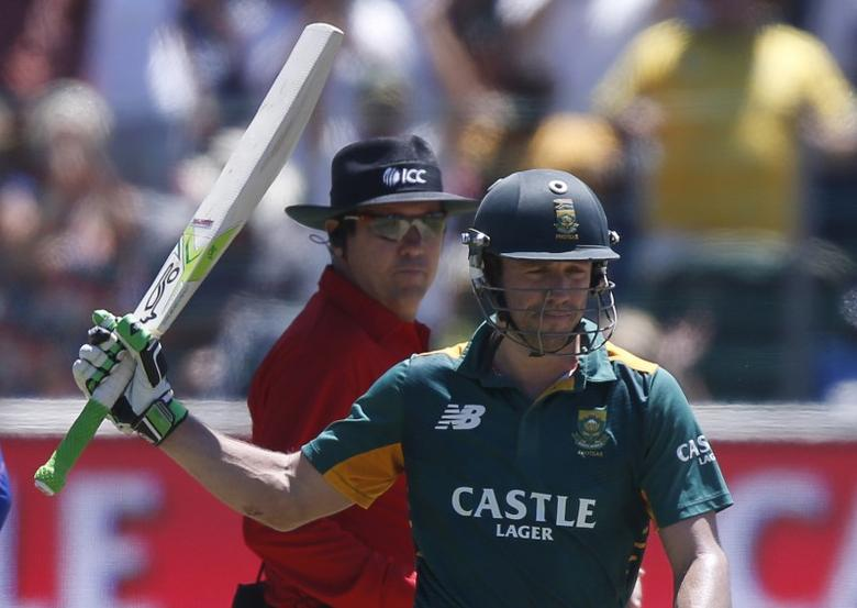 South Africa's AB de Villiers raises his bat to celebrate after 50 runs during their second One-Day International cricket match against England in Port Elizabeth, February 6, 2016. REUTERS/Mike Hutchings - RTX25PLT