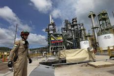 Рабочий на НПЗ в Эквадоре. 17 декабря 2015 года. Стоимость нефти марки Brent приблизилась к отметке $47 за баррель в ходе торгов вторника, продолжая все дальше отдаляться от своего недельного пика предыдущей сессии, на фоне угасания надежд на то, что страны-производители в ближайшее время предпримут действия для восстановления баланса спроса и предложения на рынке. REUTERS/Guillermo Granja/File Photo