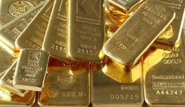 Слитки золота в банковском хранилище в Цюрихе. 20 ноября 2014 года. Цены на золото растут во вторник, так как доллар ослаб на фоне ожиданий того, что ФРС США не будет повышать процентные ставки на своем заседании в сентябре. REUTERS/Arnd Wiegmann