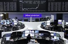 Operadores trabajando en la Bolsa de Fráncfort, Alemania. 2 de septiembre de 2016. Las bolsas europeas se acercaban el martes a unos máximos en tres meses, apoyadas por el sector de la energía y un reporte de las acciones de la firma del sector de salud Fresenius tras la adquisición de Quirónsalud en España.  REUTERS/Staff/Remote