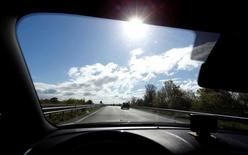 El Gobierno francés ha comenzado a seleccionar proyectos para un nuevo paquete de estímulos en el sector de las autopistas el año que viene, bajo el cual los operadores podrían tener que asumir los costes de inversión a cambio de limitadas subidas de los peajes, dijeron el martes varias fuentes. En la imagen, un hombre conduce su vehículo por una autopista en Francia, el 29 de abril de 2016. REUTERS/Regis Duvignau