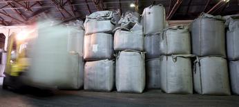 Um trabalhador transporta sacas de 1 tonelada de café para exportação em um armazém de café em Santos, no Brasil 10/12/2015 REUTERS/Paulo Whitaker