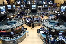 La Bourse de New York a fini en légère hausse mardi, commençant ainsi la semaine sur une note positive après être restée fermée la veille pour cause de Labor Day aux Etats-Unis, à la faveur du sentiment qu'une hausse des taux d'intérêt imminente est exclue au vu de l'indicateur du jour. Le Dow Jones a gagné 0,25% à 18.538,33 points. Le S&P-500, plus large, a pris 0,3% et le Nasdaq Composite 0,5%. /Photo d'archives/REUTERS/Brendan McDermid