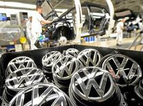 Le président du directoire de Volkswagen Matthias Müller dit ne pas pouvoir exclure d'autres délais de production occasionnés par d'éventuels problèmes avec des fournisseurs uniques. Le premier constructeur automobile européen a décidé de revoir sa stratégie d'achats et d'approvisionnement après le conflit avec deux de ses fournisseurs qui a perturbé la production de six de ses usines le mois dernier. /Photo d'archives/REUTERS/Fabian Bimmer