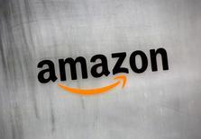 Amazon dijo que iba a comenzar a repartir pedidos de restaurantes a clientes en algunas zonas de Londres, convirtiéndose en un nuevo actor en un mercado cada vez más competitivo que incluye a Just Eat, UberEats y Deliveroo.  En la imagen, el logo de Amazon en un edificio de oficinas de la compañía en Tokio, el 8 de agosto de 2016. REUTERS/Kim Kyung-Hoon