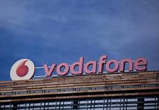 El logo de Vodafone visto en lo alto de un edificio en Madrid, España. 13 de abril de 2016. La gigante británica Vodafone obtuvo recientemente los permisos para operar en el mercado de telefonía móvil de Chile, aunque la empresa no confirmó si llegará al país en el corto plazo, según un reporte de un diario local el miércoles. REUTERS/Andrea Comas