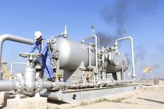 Un trabajador revisa una válvula de un oleoducto en un campo petrolero al norte de Basora, Irak. 21 de diciembre de 2015. La producción y las exportaciones de petróleo de Irak crecerían a un ritmo estable en 2017 desde sus actuales niveles, dijo el miércoles un alto funcionario petrolero iraquí, y agregó que el miembro de la OPEP apoyará una iniciativa para congelar el bombeo global si eso ayuda a estabilizar al mercado.  REUTERS/Essam Al-Sudani