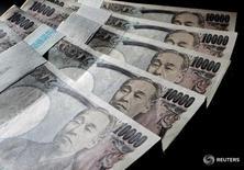 Купюры валюты иена в Токио 9 августа 2010 года. Доллар упал до минимума более чем за неделю к иене в среду после сообщения газеты Sankei о том, что чиновники Банка Японии разошлись во мнениях о стимулировании экономики в преддверии ближайшего заседания регулятора. REUTERS/Yuriko Nakao/File Photo