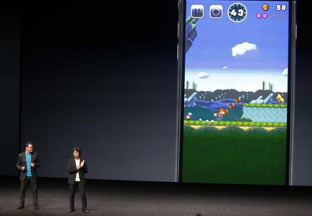 9月7日、任天堂は、人気ゲーム「スーパーマリオ」の新作「スーパーマリオラン」を米アップルのiPhoneとiPad向けに12月に配信すると発表した。写真右はアップルの発表会で新作を披露する任天堂の宮本茂代表取締役クリエイティブフェロー(2016年 ロイター/BECK DIEFENBACH)