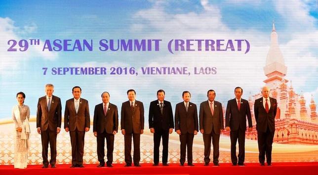 (L to R) Myanmar's State Counsellor Aung San Suu Kyi, Singapore's Prime Minister Lee Hsien Loong, Thailand's Prime Minister General Prayut Chan-o-cha, Vietnamese Prime Minister Nguyen Xuan Phuc, Laos Prime Minister Thongloun Sisoulith, Philippines President Rodrigo Duterte, Brunei's Sultan Hassanal Bolkiah, Cambodia's Prime Minister Hun Sen, Indonesia's President Joko Widodo and Malaysian Prime Minister Najib Abdul Razak pose for photo during ASEAN Summit in Vientiane, Laos September 7, 2016. REUTERS/Soe Zeya Tun