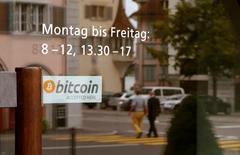 """Etre un paradis fiscal au coeur de la Suisse ne suffit plus au petit canton de Zoug, qui se réinvente en """"Crypto Valley"""" avec des initiatives pionnières liées à la monnaie virtuelle. En juillet, la ville a lancé un programme permettant aux habitants de payer en bitcoin dans les services publics, une première mondiale, selon les médias suisses. /Photo prise le 30 août 2016/REUTERS/Arnd Wiegmann"""