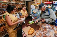 Булочная в Киеве. 25 августа 2016 года. Инфляция на Украине ускорилась в августе до 8,4 процента в годовом выражении, почти совпав с консенсус-прогнозом Рейтер, после июльских 7,9 процента, сообщила Государственная служба статистики. REUTERS/Valentyn Ogirenko