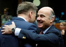 España y Portugal deben adoptar medidas efectivas para reducir sus déficit excesivos pese a evitar ser multados en julio por incumplir la normativa presupuestaria de la UE, dijeron el viernes los ministros de Finanzas de la zona euro.r. En la foto, el ministro de Economía español, Luis de Guindos (dcha) saluda a su homólogo eslovaco, Pter Kazimir, en una reunión del Ecofin en Bruselas el 12 de julio de 2016. REUTERS/Francois Lenoir