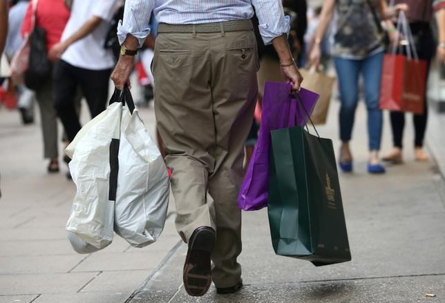 Shoppers carry bags in London, Britain August 25, 2016. REUTERS/Neil Hall