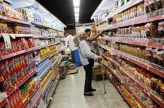 Consumidores miran los precios en un supermercado en Río de Janeiro, Brasil, 6 de mayo de 2016. Los precios al consumidor en Brasil medidos por el referencial Índice de Precios al Consumidor Amplio (IPCA) subieron un 0,44 por ciento en agosto, en línea con la previsión de analistas, dijo el viernes el estatal Instituto Brasileño de Geografía y Estadística (IBGE). REUTERS/Nacho Doce