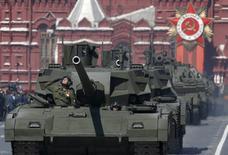 Танки Т-14 на репетиции парада в Москве 7 мая 2015 года. REUTERS/Sergei Karpukhin